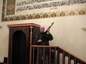 Muslimský aktivista cvičil v mešitě se samopalem