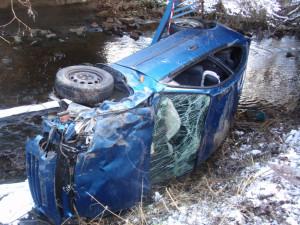 FOTO: Auto po pádu z mostu skončilo v potoce