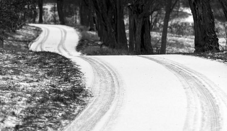 Uježděný sníh může komplikovat dopravu, má sněžit i nadále