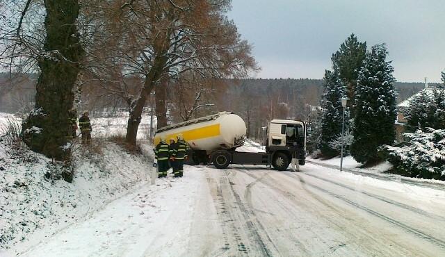 Sněžení komplikuje nákladní dopravu na dálnici