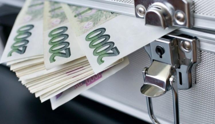 Radnice sahají kvůli chybějícím financím do úspor
