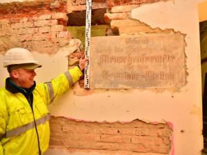 Dělníci odkryli pamětní desku bývalého sirotčince