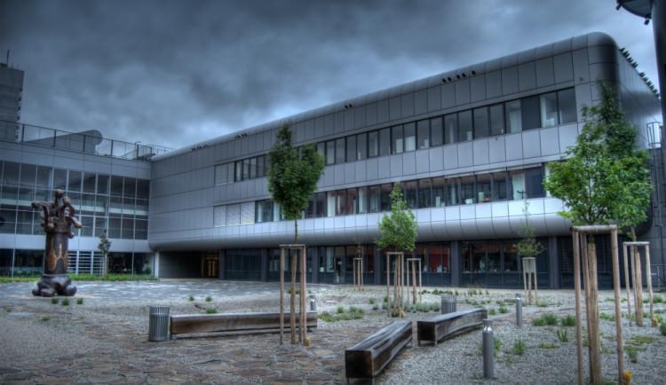 Univerzita v reakci na soud snížila poplatky za dlouhé studium