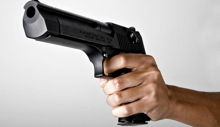 Na bývalou přítelkyni vytáhnul pistoli