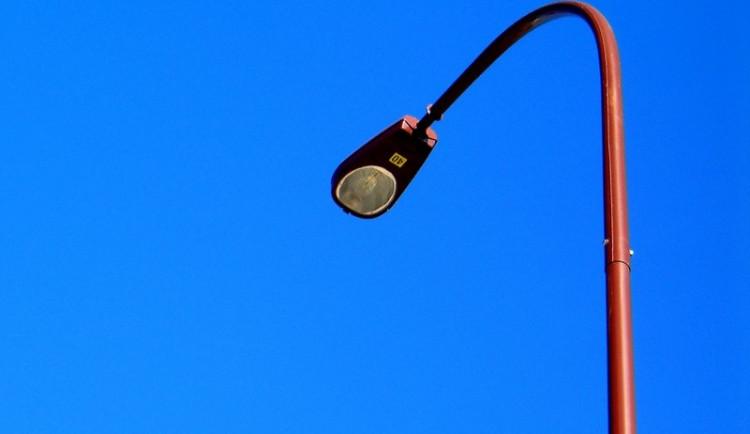 Opilý řidič najel dodávkou do pouliční lampy