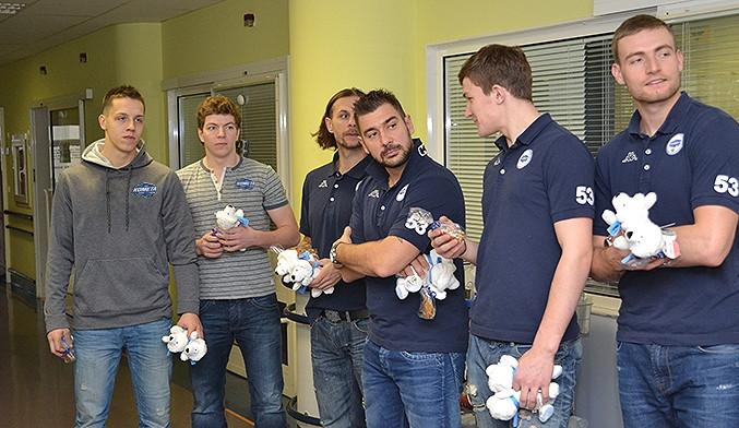 Hráči i trenéři prvního týmu navštívili děti na Klinice dětské onkologie