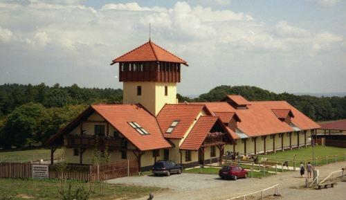Olšany žádají odstranit tenisové kurty na Polívkově farmě