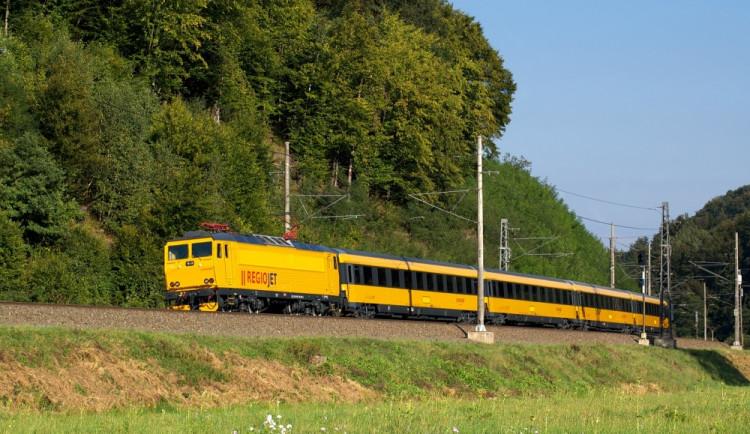 Místo žlutých autobusů budou jezdit žluté vlaky