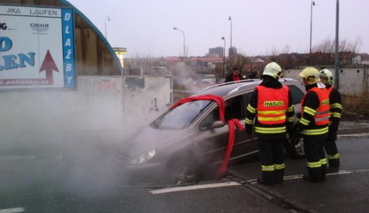 Prasklý teplovod vytvořil jámu v silnici. Propadlo se do ní auto