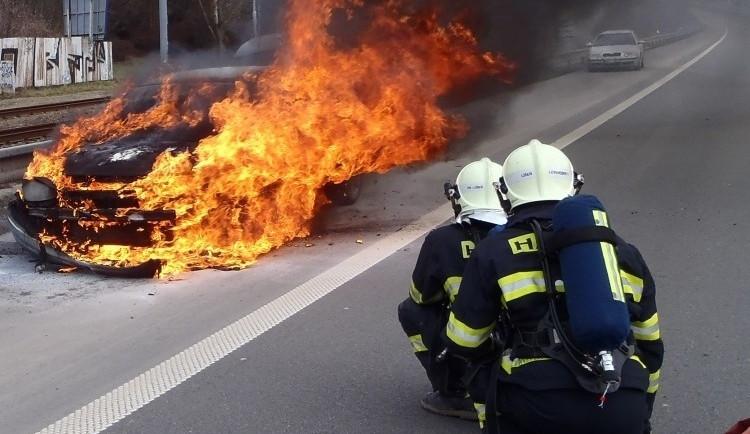 Hořící auto uhasili za méně než tři minuty