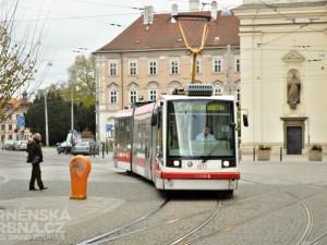 Podnapilý cestující napadl v tramvaji strážníky