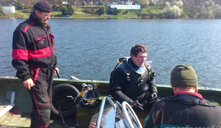 Potápěči v brněnské přehradě napřimují mísící a provzdušňovací věže