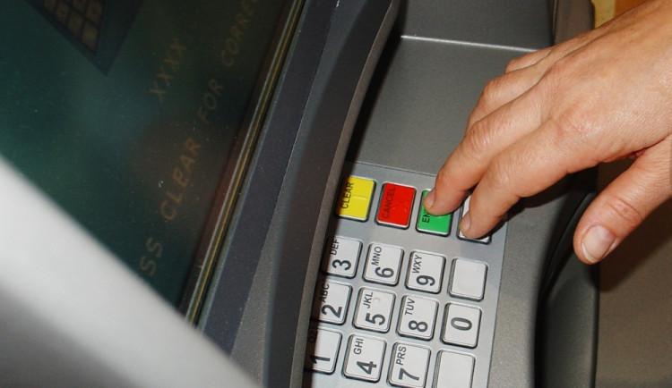 Trojice Balkánců umisťovala na bankomaty kopírovací zařízení