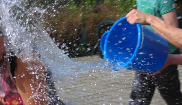 Žena chtěla souseda polít vodou. Poté ho udeřila kbelíkem