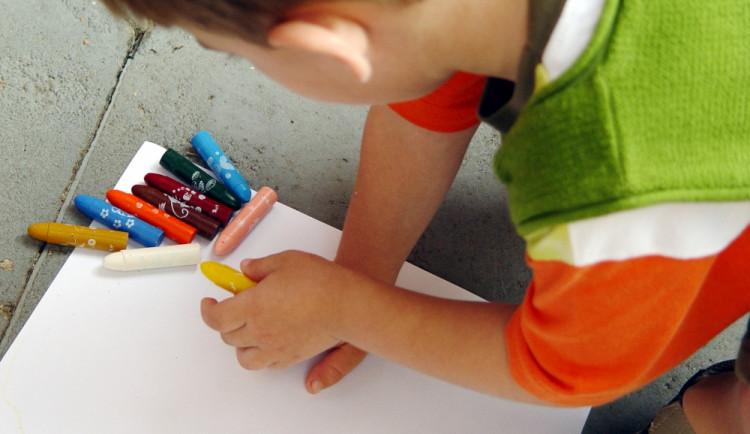 Zelení navrhují za odmítnutí dítěte školkou finanční kompenzace
