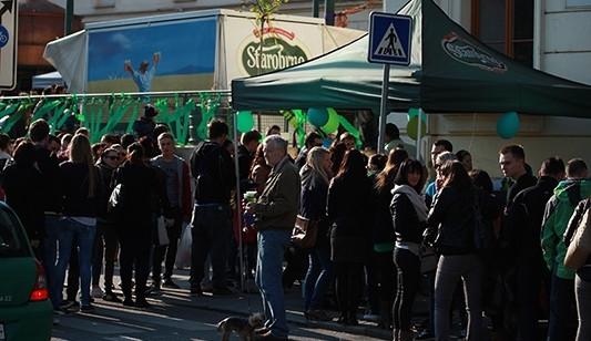 Zelené pivo přitáhlo na Mendlovo náměstí stovky Brňanů