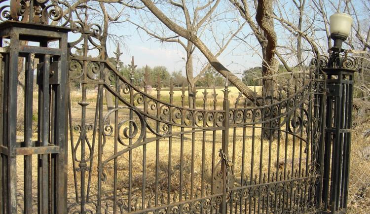 Důchodce zůstal zamčený na hřbitově