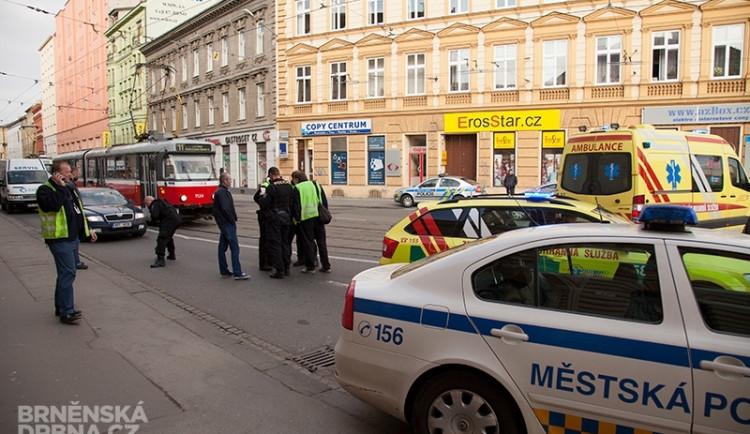 Na Tomkově náměstí se srazilo auto s tramvají