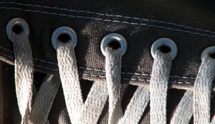 Sebevrah se pokusil oběsit na tkaničkách od bot