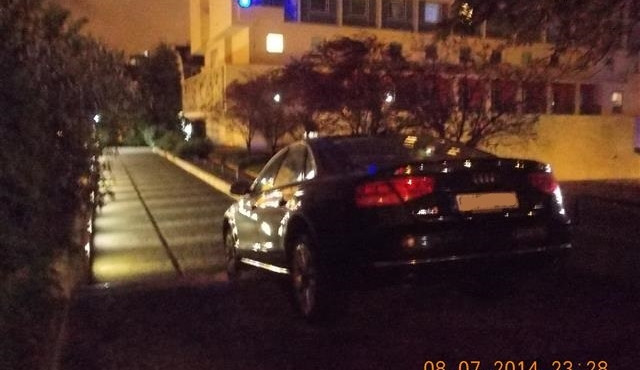 Švédský řidič zajel v lijáku místo do garáží na schody