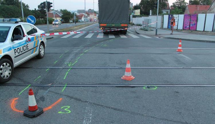 Policie hledá svědky vážné nehody nákladního auta a chodce