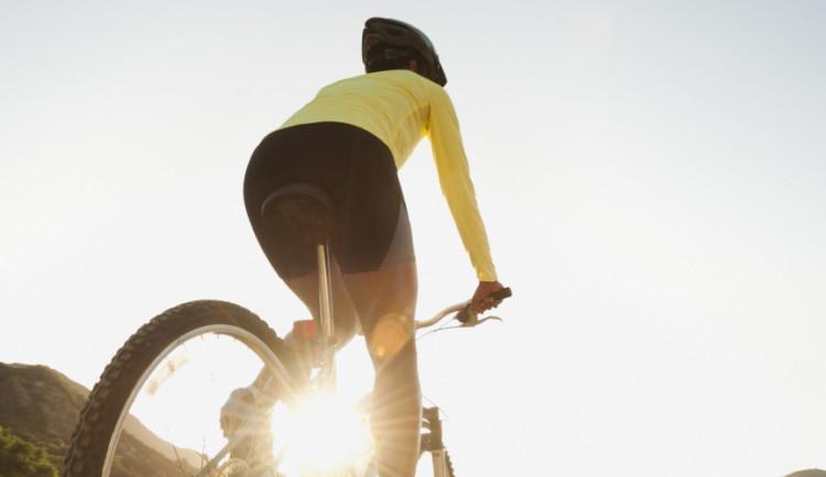 Plácli mladou cyklistku po zadku, ta si natloukla