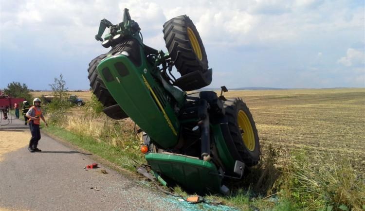 U Brna se převrátil traktor s šestnácti tunami obilí