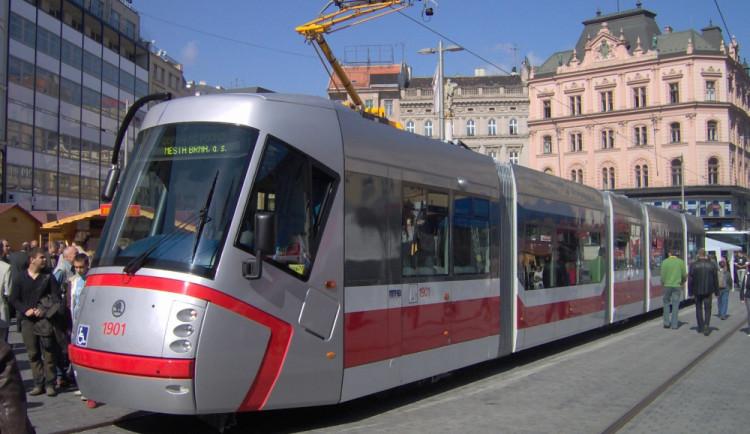 Ženu srazila tramvaj, při ošetřování pokousala strážníka