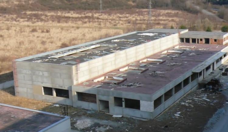 Hasiči odstřelili část strašáka Vinohrad - nedostavěnou továrnu Ergon