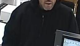 Muž se zbraní přepadl banku, prý má nemocné dítě