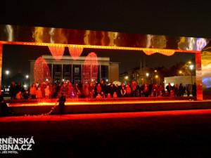 Svítící opona rozzářila prostranství před divadlem