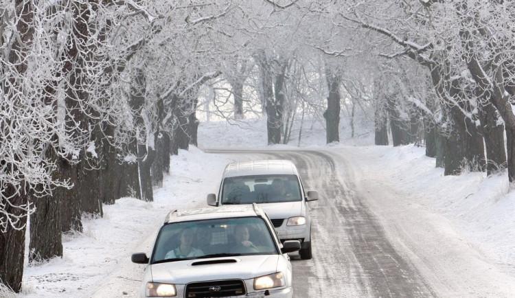 SJÍZDNOST: Silnice na jižní Moravě jsou sjízdné s opatrností