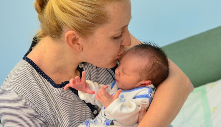 Hejtman Michal Hašek navštívil první krajské miminko