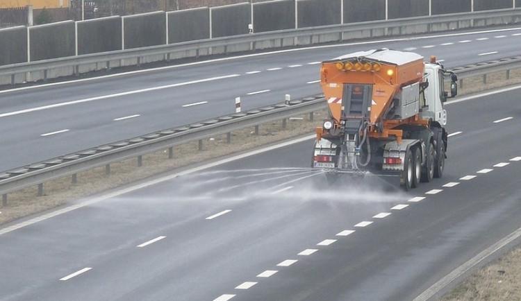 SJÍZDNOST: Řidiči by měli být opatrní, hrozí ledovka