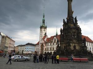 """""""Do patnácti let budete naši otroci"""", křičeli přistěhovalci a rozbili petiční stánek v centru Olomouce"""