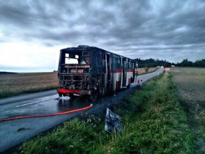 Na Brněnsku hořel autobus, cestující se dostali ven bez zranění