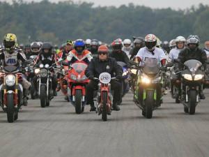 Simoncelliho si připomnělo 3656 motorkářů, rekord těsně odola
