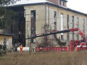 V Bučovicích se zřítila zeď. Hasiči zasahovali od rána