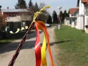 Pohlazení pomlázkou na Velikonoční pondělí má přinést jarní svěžest