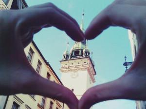 Máj na Staré radnici – láska, trubači i východ slunce