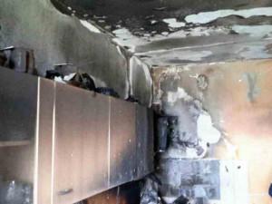 Kvůli požáru kuchyně hasiči v Brně evakuovali panelový dům. Zraněna byla majitelka bytu