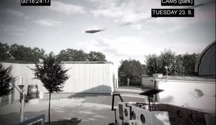 VIDEO: Strážníci prověřují na Kraví hoře možný kontakt s mimozemskou civilizací