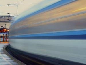 Dnes odpoledne skočil muž za Břeclaví pod jedoucí vlak. Sebevražedný pokus přežil