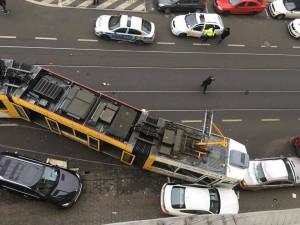 Škoda po střetu šaliny s autem a následném nárazu je zhruba pět milionů