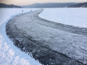 Led na Priglu je rekordně tlustý, strážníci přesto varují před vzduchovými kapsami