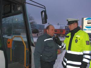 Policisté v pondělí ráno zkontrolovali pětistovku řidičů autobusu, šest z nich nadýchalo