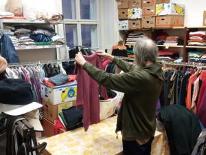 Darované oblečení pomůže lidem bez domova