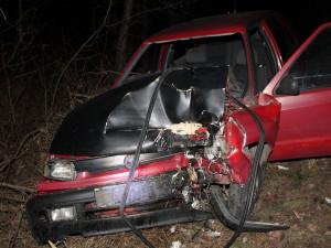 Mladík naboural Felicii a utekl, v autě nechal ležet opilého a zraněného kamaráda