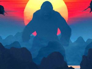 RECENZE: Přerostlý opičák je zpátky a ani charismatický Hiddleston ho nezachránil