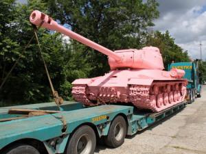 Slavný růžový tank Davida Černého zamíří na výstavu do Brna